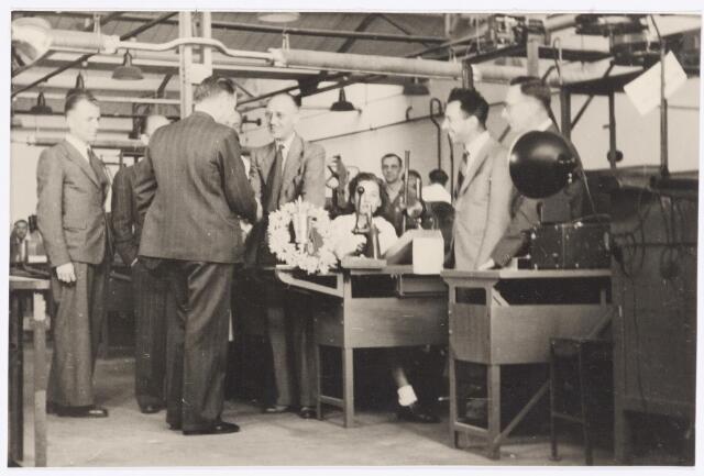 039078 - Volt. Jubileum. Complex zuid gebouw C voor 1950. De heer J.Kipperman, directeur van Volt, met de rug naar de fotograaf, feliciteert een jubilaris of bekerwinnaar? Links de heer Repko destijds hoofd van ontwikkeling condensatoren. Uiterst rechts de heer de Vleeschouwer bedrijfsleider.