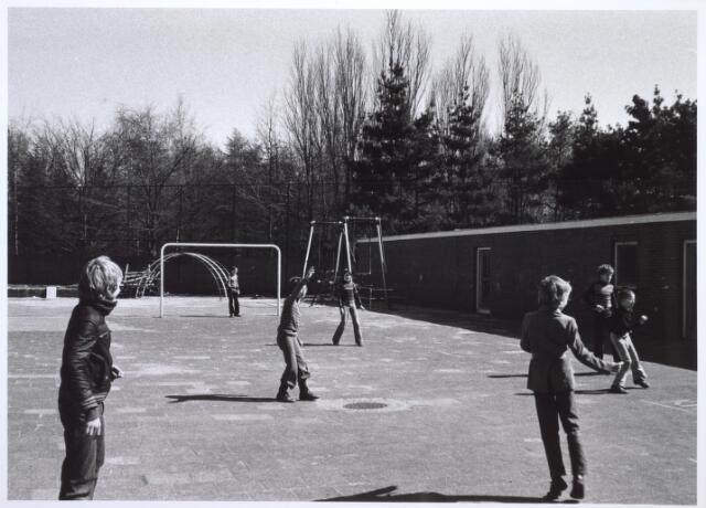 026779 - Spelende jongens op het speelterrein van Huize Nazareth