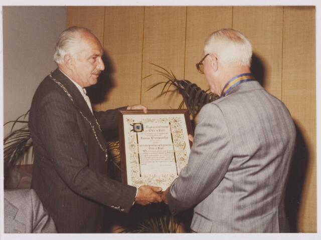 081346 - Ereburgerschap A.D. Noy, wethouder en daarvóór raadslid. Dhr Noy ontvangt de oorkonde uit handen van burgemeester P.G. Ballings.