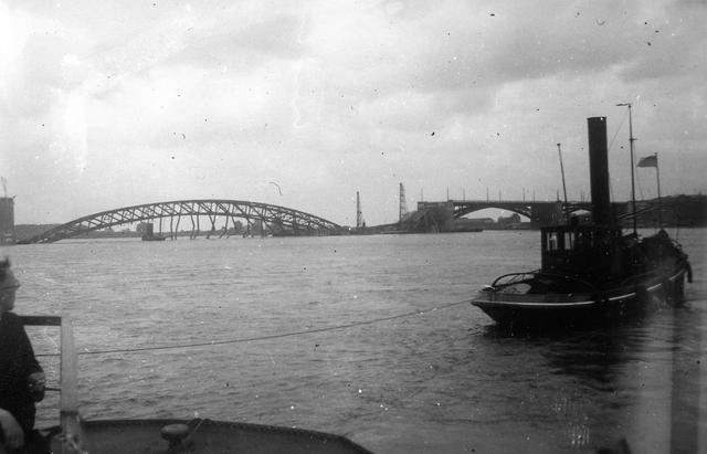 830025 - Tweede Wereldoorlog. Oorlogsjaren. Maas-Waalkanaal. Ontzette brug bij Nijmegen.
