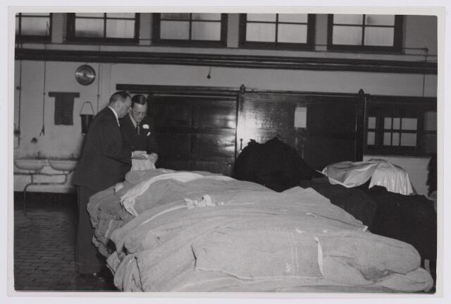037662 - Textielindustrie. Prins Bernhard krijgt uitleg van directeur Enneking tijdens diens bezoek aan wollenstoffenfabriek H. F. C. Enneking op 13 november 1950