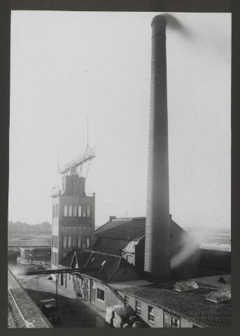 071836 - De watertoren en fabriekssschoorsteen op het complex van de stoomververij en chemische wasserij De Regenboog te Tilburg. De foto is afkomstig uit een album dat werd gemaakt ter gelegenheid van het 40-jarig jubileum van textielfabriek De Regenboog op 2 december 1930.