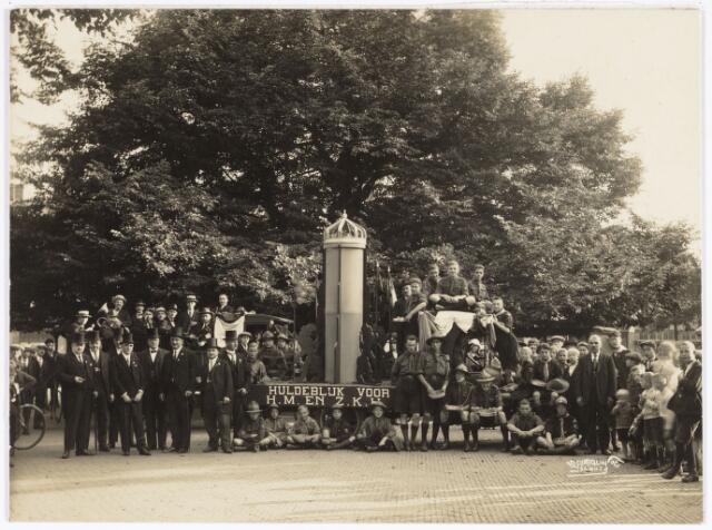 048920 - Bij gelegenheid van de kroningsfeesten bij het 25-jarig jubileum van koningin Wilhelmina (1923-1924) als huldeblijk voor H.M. en Z.K.H. stelde het feestcommittee met rechts de kleine man is Lambert de Wijs zich op voor de Lindeboom op de Heuvel.