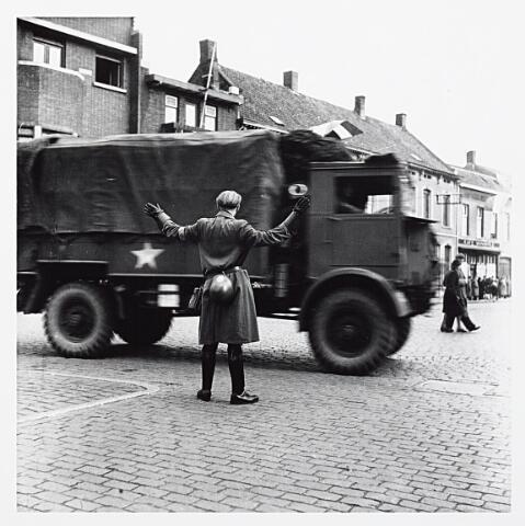 012140 - WO2 ; WOII ; Tweede Wereldoorlog. Bevrijding. Geallieerde legervoertuigen arriveren in Tilburg