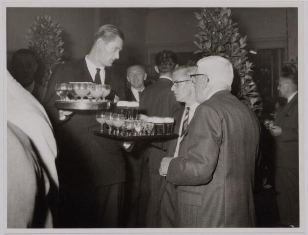 041150 - Vakbeweging. Op 31 augustus 1963 vierde de R.K. Bond Werkmeesters afd. Tilburg het 50-jarig bestaan. 1e een Solemnele H. Mis in de parochiekerk st. Jozef. 2e een feestelijk ontbijt in het parochiehuis aan de Veemarktstraat. 3e herdenkingsbijeenkomst in het Chicago-Theater. 4e Officiële receptie in de zalen van café-restaurant Th. van Broekhoven (Smidspad 42) 5e Feestavonden op 7 t/m 9 september 1963 met uitvoering Operette 'Rumoer in Weinbach'. Foto receptie
