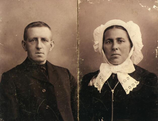 092615 - Cornelis Norbertus Spaninks, geboren te Goirle op 7 juni 1853 en aldaar overleden op 15 augustus 1925. Hij was lid van de derde orde van de H. Franciscus en lid van het kerkkoor. Rechts zijn vrouw Gerardina Couwenberg, geboren te Goirle op 27 mei 1864 en aldaar overleden op 24 september 1937. Zij draagt de muts van de Goirlese weversvrouwen.