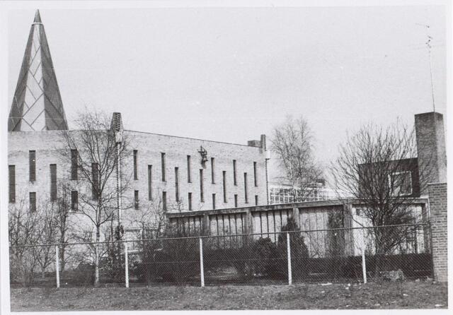 014595 - Kerk van de parochie H. Pastoor van Ars aan de Beneluxlaan. Vanwege zijn specifieke vorm erd het gebouw in de volksmond Citroenpers genoemd. Nadat het gebouw in 1977 zijn functie als kerk had verloren, werden er na een interne verbouwing ondermeer een filiaal van de Openbare Bibliotheek en een wijkcentrum in gehuisvest