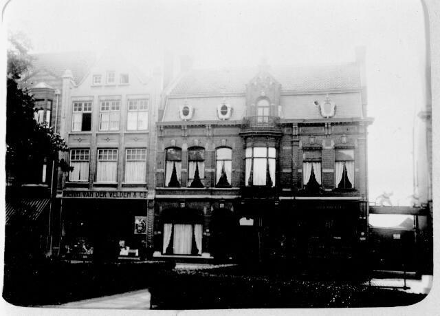 048540 - Links het pand van Cornelis Henricus Joannes (Henri) van der Velden, grossier in koloniale waren. Het pand werd ontworpen door architect Jos Donders. Links een detail van hotel Riche, rechts het pand van garage Knegtel.