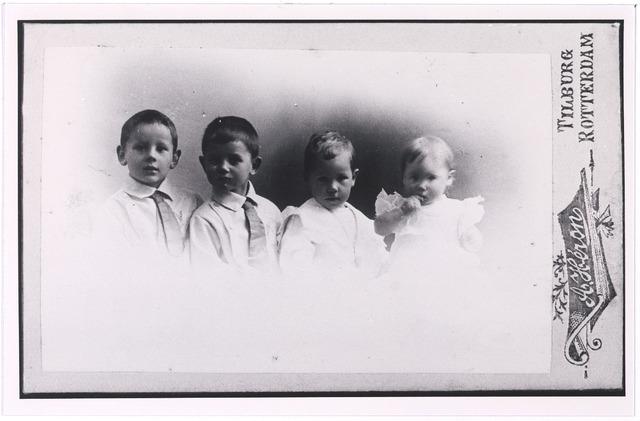 005012 - Kinderen van het echtpaar KRIJBOLDER-KNEGTEL: Jan, Hubert, Henri en Richard. Zie ook foto nr. 5010 en 5011