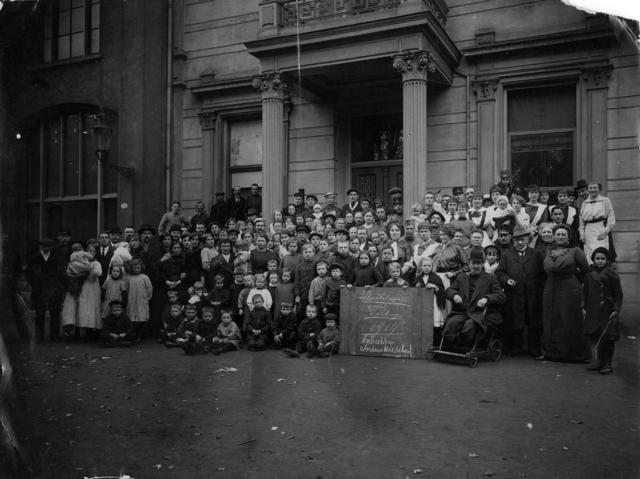1709_0033 - Vluchtelingencomité. Vluchtelingen Tilburg oktober 1914, Ambacht en Industrieschool. Familie Franken-Donders. WWI