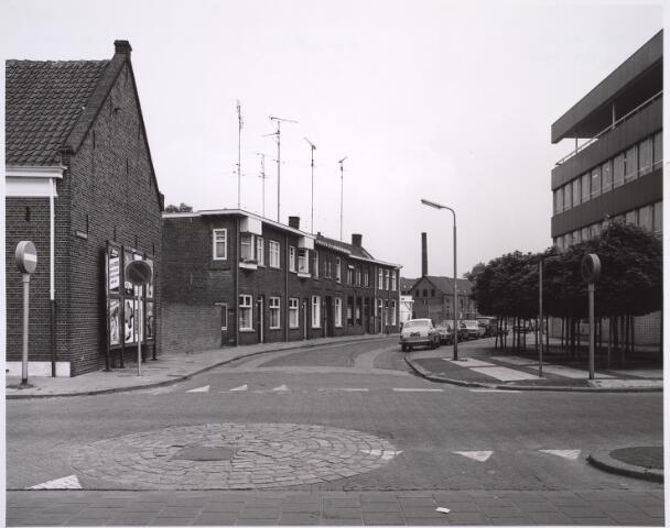 025049 - Lancierstraat gezien vanuit de Tivolistraat halverwege 1981. Rechts de RABO-bank