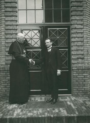 654216 - Elisabethziekenhuis. Gezondheidszorg. Mgr. Diepen en dr. Frans van Buchem, geneesheer-directeur bij de officiële opening van het St. Elisabeth ziekenhuis