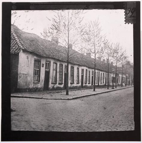 033343 - Krotwoningen. Rij arbeiderswoning aan de Bosscheweg 186-210 (nummering voor 1932) Links de ingang van de Lanciersstraat, nu Dunantstraat. Deze woningen werden in 1913 door stedenbouwkundige Rückert als bouwvallig gekenmerkt. Kort daarna zijn ze gesloopt. Ter plaatse staat nu het pand Tivolistraat 50, de Kunstuitleen, en verderop appartementengebouw Lindenhaage.