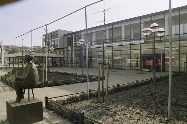 TLB023000026_006 - Cultuur. Schouwburg Tilburg ontworpen door de architecten Bernard Bijvoet en Gerard Holt en in 1961 in gebruik genomen. Op 9 april 2015 werd door de Rijksdienst voor Cultureel Erfgoed Schouwburg Tilburg aangewezen als Rijksmonument. Foto gemaakt in kader van Kunstonderwijs. In Schouwburg Tilburg is ook enige tijd de Kunstuitleen gevestigd geweest.