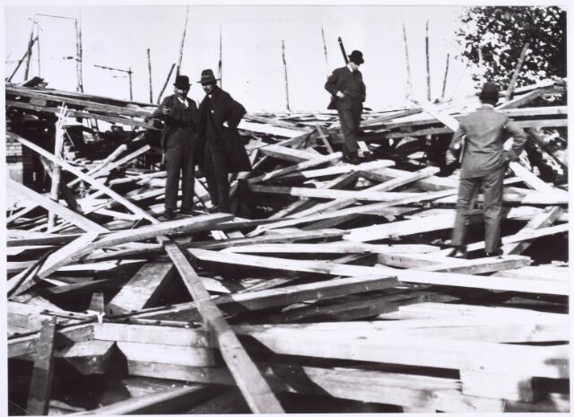 022295 - Inspectie van de schade die een storm op 20 september 1929 aanrichtte bij de bouw van de Groeseindse kerk aan de Hoefstraat