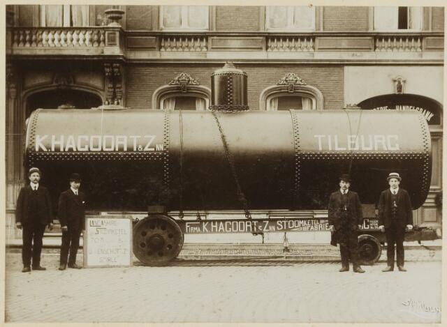 068534 - Metaalindustrie. Directieleden van de stoomketelfabriek K. Hagoort & Zn. met een stoomketel bestemd voor de firma Van Enschot te Goirle op de Heuvel