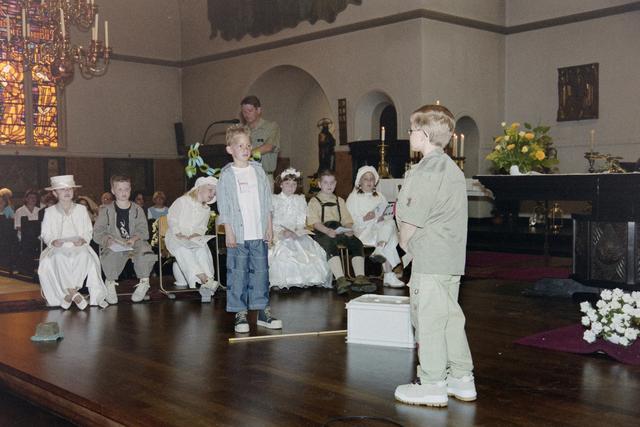 1237_002_262-1_014 - Religie. Rooms Katholieke Kerk. Communicanten in de Korvelsekerk 2001.