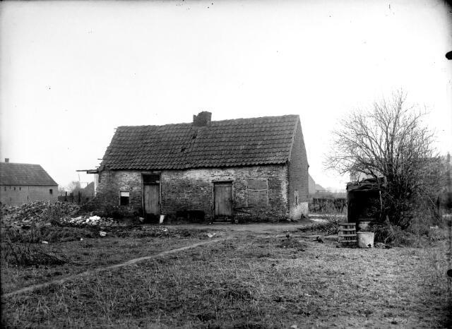 650598 - Schmidlin. Vervallen woning aan de Heiningstraat, huidige Transvaalstraat, wijk Oerle, omstreeks 1930.