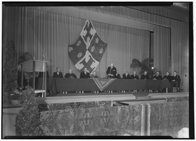 050844 - Odulphus. Het gouden jubileum van het St. Odulphuslyceum te Tilburg werd heden in een plechtige zitting herdacht. Aan de bestuurstafel: v.l.n.r. dr. Beukers, mgr. dr. de Brouwer, burgemeester van voorts tot Voorts, z.h. exc. mgr. W. Mutsaerts, mr. Scheidelaar (voorzitter) v.d. Weijst (inspecteur) middelbaar onderwijs, deken Nabuurs.