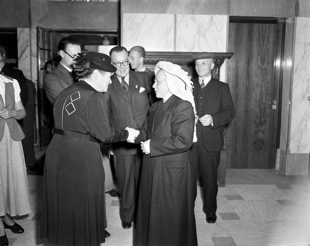 650655 - Schmidlin. Mw. J. van de Mortel-Houben (links) ontvangt een gast op de tentoonstelling Oude Kunst in Brabants Bezit in het Paleis-Raadhuis , 1948