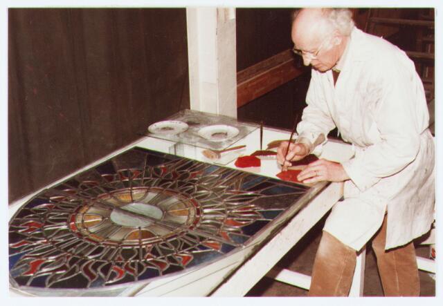 063039 - Glazenier werkt aan een glas-in-lood-raam  voor  de Oude Toren aan het Torenpad, thans Mariahof;