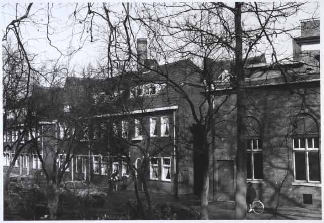 024575 - Oostzijde van het Korvelplein, met rechts een gedeelte van wollenstoffenfabriek Van Dooren & Dams