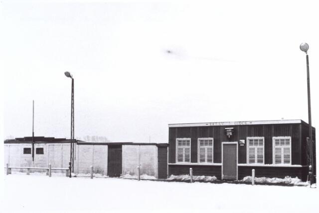 017324 - Kantine en kleedkamers op het terrein van voetbalvereniging Gudok aan de Heikantsebaan, thans Centaurusweg. De naam stond voor Goed Uit De Ogen Kijken en de clubkleuren waren blauw-zwart