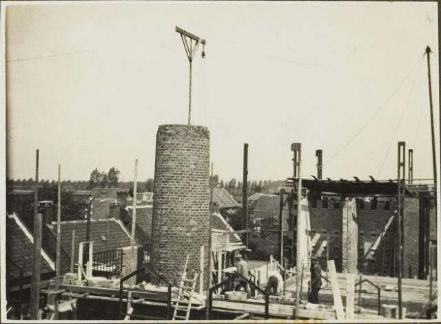 104594 - Energievoorziening. Nieuwbouw Gasfabriek Oosterhout. De schoorsteen in aanbouw is reeds 10 meter hoog.