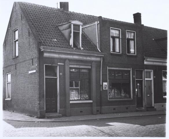 020755 - Winkelpanden op de hoek Hesperenstraat - Christiaan Huijgensstraat (links). Later werden ze samengevoegd tot één pand