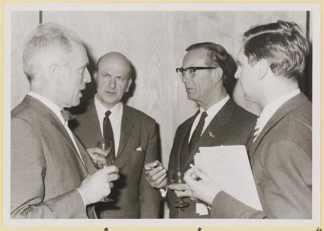072966 - Opening gemeentehuis door de Commissaris van de Koningin Kortmann.  Bijzondere raadsvergadering. Informele contacten tussen de aanwezigen. C.Kortmann, A. Huijs, C.Becht, H. Aarts.