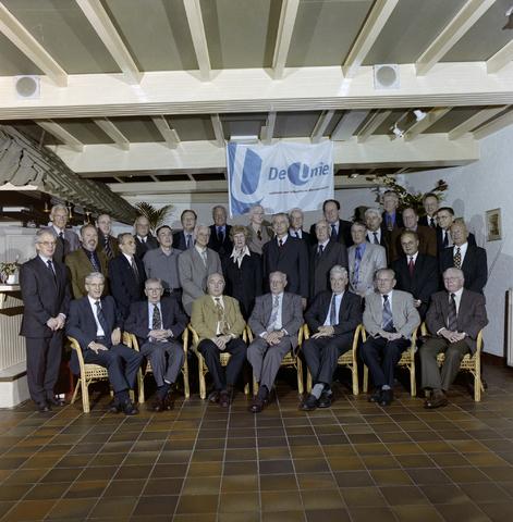1237_001_067_002 - Groepsfoto van Unie BLHP, Unie van Beambten, Leidinggevend en Hoger Personeel, in november 2001.