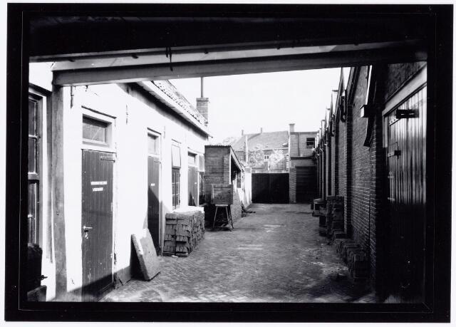 037911 - Textiel. Binnenplaats van band- en veterfabriek Van Luijck & Zoon aan de Schoolstraat halverwege 1948