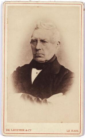 005872 - Franciscus Suys werd geboren te Tilburg op 6 september 1798 als zoon van de oud-burgemeester en wethouder Jan Francis Suys en Catharina Boex. Hij was evenals zijn vader koopman van beroep en behoorde tot de meest welgestelde ingezetenen van Tilburg.  Hij is tweemaal gehuwd geweest, in 1824 met Maria Elisabeth Dams (geboren te Tilburg 25 oktober 1793, overleden te Tilburg 18 april 1828) en vervolgens in 1830 met Adriana Sophia Geertrudis Bronsgeest (geboren te Oegstgeest 1802, overleden te Tilburg 13 juni 1865). Uit zijn eerste huwelijk had hij een, uit zijn tweede huwelijk had hij zes kinderen. Hij woonde in de Heuvelstraat. Zijn politieke loopbaan begon in 1829 toen hij door de gemeenteraad gekozen werd tot lid van de Provinciale Staten als afgevaardigde voor de stad Tilburg. Hij bleef dit tot en met 1868. Intussen was hij regent van het sinds 1827 opgerichte ziekengasthuis, kerkmeester van de parochie 't Heike, president van het Armbestuur, werd hij gekozen tot lid van het kiescollege (1830), lid van de gemeenteraad (1831), wethouder (1841), en in 1849 volgde zijn benoeming tot burgemeester van Tilburg bij K.B. van 20 augustus.  Onder zijn bestuur werd Tilburg uit zijn isolement verlost door het tot stand komen van de spoorlijnen Breda-Boxtel en Turnhout-Tilburg (1863 – 1867). Suys had hierin als commissielid een werkzaam aandeel. Op eigen verzoek werd hem per 1 januari 1869 eervol ontslag verleend, hij overleed betrekkelijk kort daarna op 10 januari 1870.