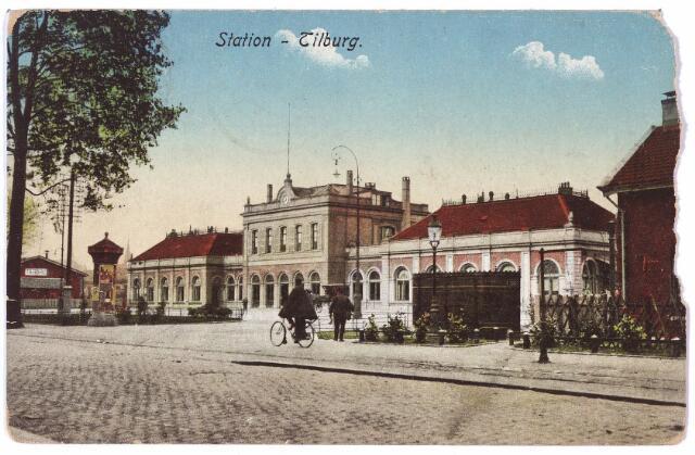 002233 - Station aan de Spoorlaan. Rechts achter de straatlantaarn een van de vier ijzeren urinoirs die in mei 1903 in de stad geplaatst werden.