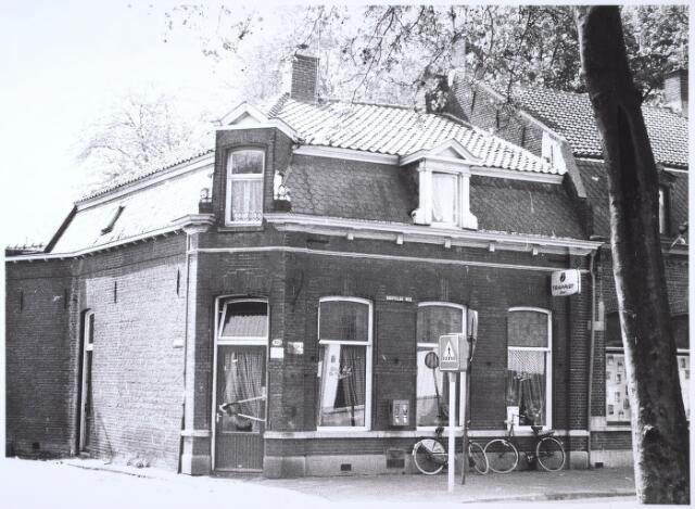 024695 - Café Verschuren aan de Korvelseweg, hoek Hesperenstraat en daarnaast een sexshop. Beide panden zijn in 1982 gesloopt en vervangen door nieuwe winkelpanden