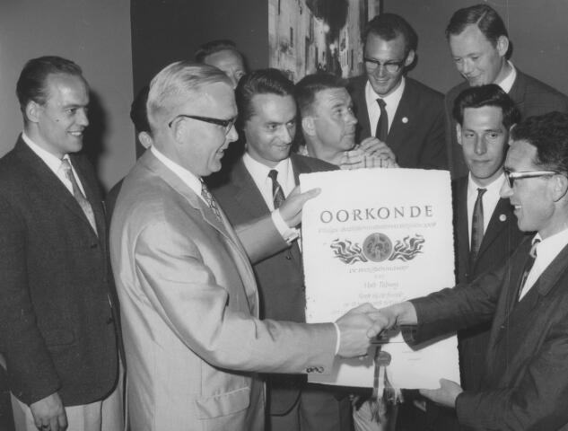 064165 - Volt. Tijdens de Philips bedrijfsbrandweerwedstrijden behaalde de Volt-brandweer de eerste prijs op 15-06-1968. Op de foto overhandigt de heer Schoonbeek, adjunct-directeur van Philips Eindhoven de oorkonde aan bevelvoerder C. van Beers. Verder op de foto v.l.n.r. de heren Villevoye, gedeeltelijk zichtbaar boven Schoonbeek, Toering,  Hester, Pigmans, Van Swam, Kimman en Persoons.