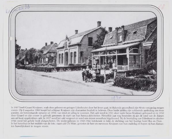 079684 - Udenhout 1930. Reproductie voor de kalender van 1988. Het café De Muts ,op de foto, werd in 1921 door Janus Kruijssen gebouwd. In 1930 begonnen zijn zoon Graard Kruijssen en zijn vrouw er hun horeca-activiteiten. In hetzelfde jaar bouwden zij aan de rand van de duinen een houten café.In 1937 werd er een stenen woonhuis bijgebouwd en het café werd vergroot. Bij de  bevrijding van Udenhout in oktober 1944 is alles verwoest.De wederopbouw in 1945-1946 was de aanzet tot het huidige hotel Bos en Duin. In het herenhuis  in het midden van de foto, naast café De Muts, genoten de heer en mevrouw Kruijssen van hun oude dag. Zij vierden er in 1988 hun diamanten bruiloft.