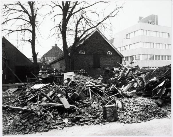 033169 - Stadsvernieuwing. Op de voorgrond de afgebroken panden aan Magazijnstraat hoek Telegraafstraat met op de achtergrond de Boerderij aan de Telegraafstraat 11 welke in 1977 werd gesloopt