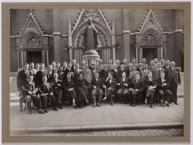 """043655 - De studie- en debatingclub Lumen et Veritas voor de kerk van de Heuvel. De club gaf ook toneeluitvoeringen. In 1929 speelden zij het blijspel """"de molen van Sanssouci""""."""