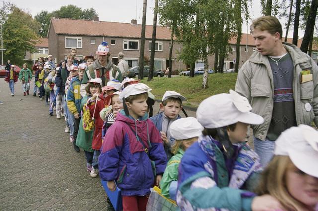 TLB023000381_001 - Kinderen en begeleiders bij de opening van de Karen Weening speeltuin.