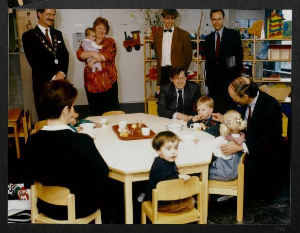"""91262 - Made en Drimmelen. De commissaris van de Koningin in Noord-Brabant de heer Houben (1987-2003)  in gesprek met enkele kinderen die de creche bevolken van het zojuist officieel geopende Sociaal Cultureel Centrum """"De Mayboom"""" onder het goedkeurende oog van de heer Jan Eizinga (1990-2004), burgemeester van Made."""