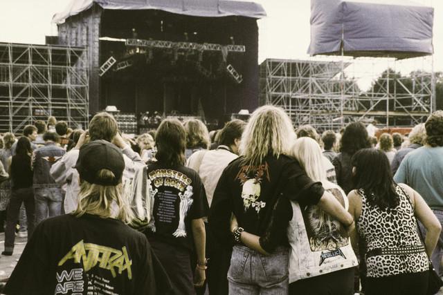 TLB023000014_002 - Bezoekers voor het podium tijdens het Monsters of Rock festival in het Willem II stadion