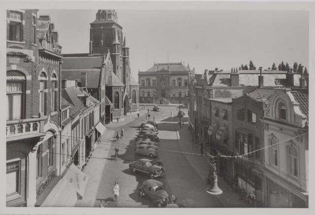 045420 - Oude Markt. Op de achtergrond het voormalige gemeentehuis. Links de kerk van het Heike.