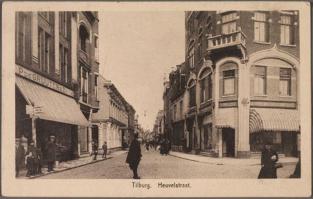 010736 - Heuvelstraat richting Heuvel, rechts de Oude Markt. Midden op straat en verkeersagent.