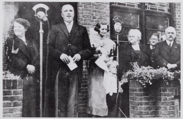 046159 - Huldiging van mr. Maximilien Paul Leon Steenberghe door de Goirlese bevolking in juni 1934 t.g.v. zijn benoeming tot minister van economische zaken in het kabinet Colijn. De familie Steenberghe staat op het bordes voor villa Nieuw Sterrenberg. Tweede van links de minister, links van hem zijn moeder, rechts zijn vrouw, C.Th.M. Ausems, en zoontje Dee. Geheel rechts zijn schoonouders: E. van Avezaath en A.W. Ausems.