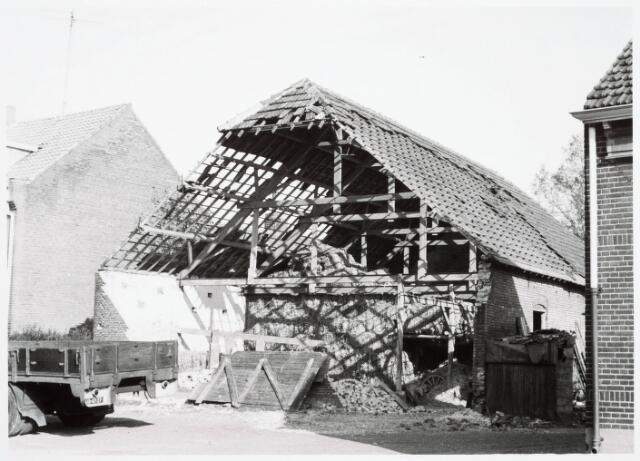 034097 - Stormschade aan de schuur behorende bij het pand Jac. van Vollenhovenstraat 56, voorheen Heikantsebaan