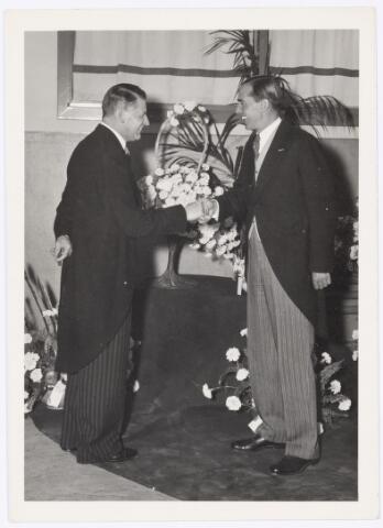 039123 - Volt, Jubileum.  Viering van het 40-jarig bestaan van Volt op 29 juli 1949. Ir. F.J. Philips feliciteert Ir. J. Kipperman, directeur van Volt, namens de Raad van Bestuur. Ir. Philips was tevens Hoofd Commissaris van Volt. Dit jaar werd Nieuwe Goirleseweg Voltstraat.