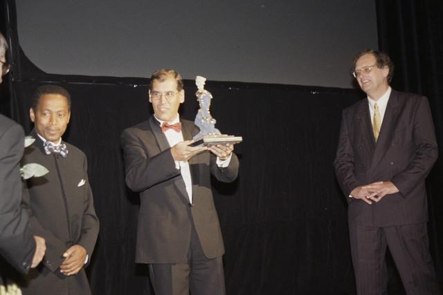 TLB023001084_002 - Voorzitter van Willem II, de heer Vullings, neemt bokaal in ontvangst