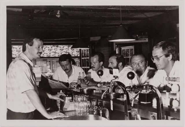"040544 - Café De Schuur, Heuvelring 114. Achter de bar staat ""Bertje""."