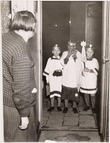053092 - Driekoningen. Foto 1930 op drie koningenavond gaan kinderen te Tilburg met verlichtte lampions of uitgeholde pronkappels langs de deuren onder het zingen van toepasselijke oude deuntjes. Foto: hier zo'n drietal waarbij de rechtse een verlichting draagt. de linkse zanger heeft een tas bij zich, waarin het snoep of geld dat de kinderen krijgen wordt opgeborgen en dat thuis wordt verdeeld.